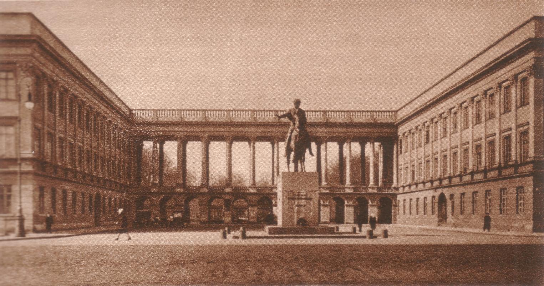 Pałac Saski w Warszawie, siedziba Sztabu Generalnego WP gdzie mieściło się Biuro Szyfrów. Tu podjęto prace nad łamaniem Enigmy po przenosinach z Poznania.