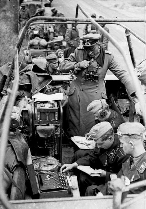 Gen. Heinz Guderian w pojeździe dowodzenia wraz z szyfrantem obsługującym Enigmę i radiotelegrafistą