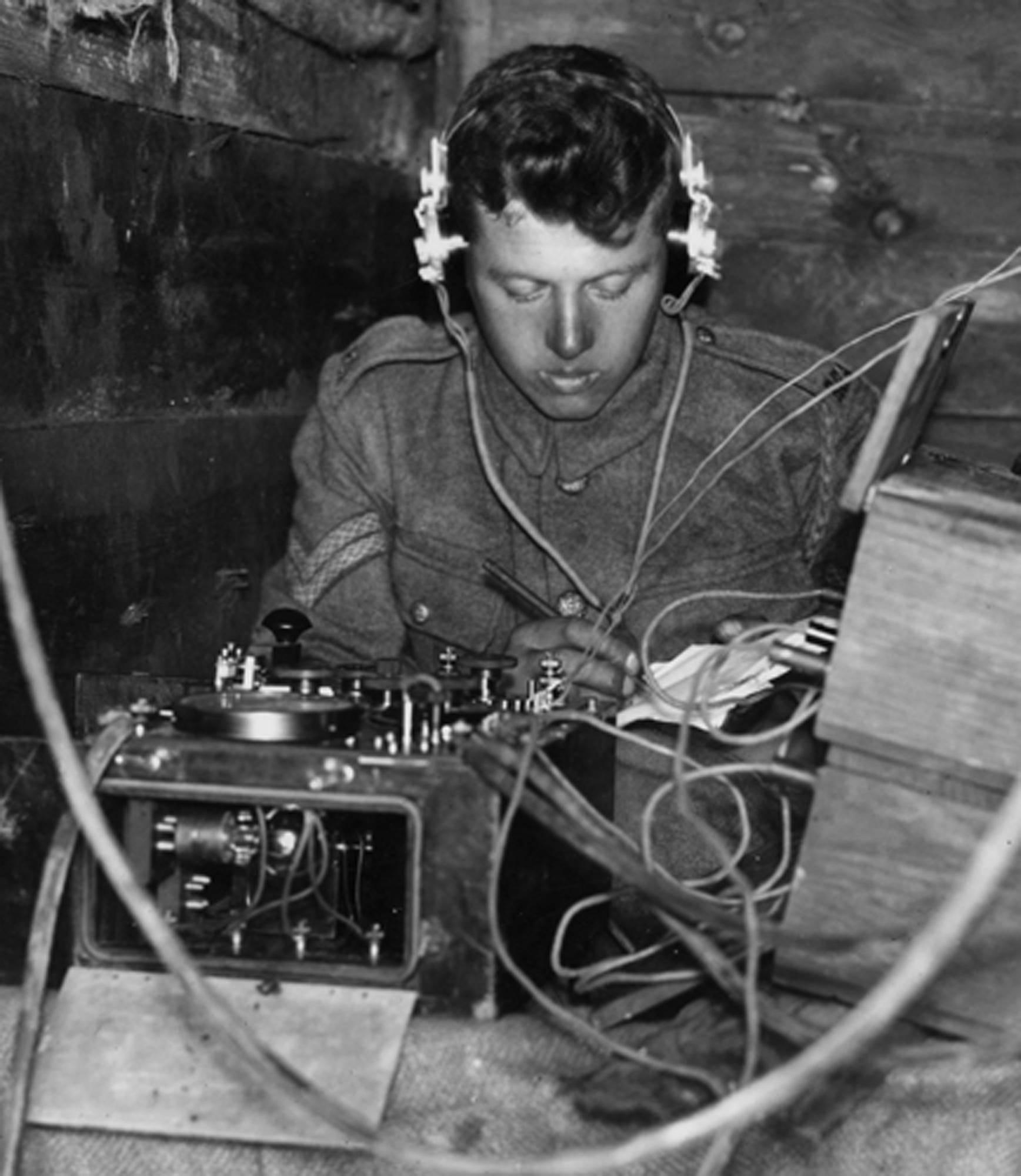 Enigma była powszechnym sposobem szyfrowania w jednostkach wojskowych walczących na linii (np. - jak na fotografii w okopach).