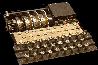 Zdjęcie prezentujące klawiaturę oraz wirnik Enigmy.