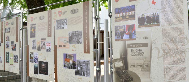 Tablice wystawy w języku rumuńskim zaprezentowane w Muzeum Wojskowym w Kiszyniowie