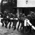 Zdjęcie prezentujące łamanie polskiego szlabanu granicznego, wkrótce po napadzie Niemiec na Polskę we wrześniu 1939 r.