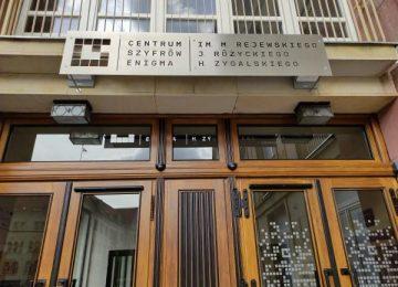 Zdjęcie prezentujące wejście do Centrum Szyfrów Enigma w Poznaniu