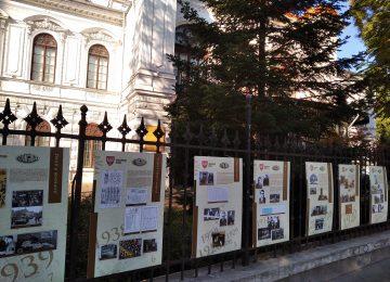 Zdjęcie autorstwa Instytutu Polskiego w Bukareszcie prezentujące plansze wystawy w języku rumuńskim na ogrodzeniu Pałacu Sutu mieszczącego Muzeum Miasta Bukareszt