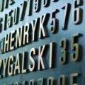 Zdjęcie fragmentu pomnika upamiętniającego poznańskich matematyków, którzy złamali kody Enigmy